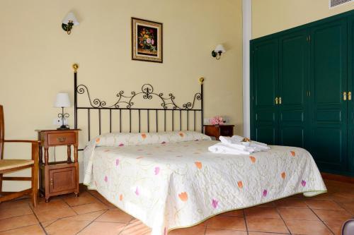 Cama o camas de una habitación en Hospedium Hotel Rural Soterraña