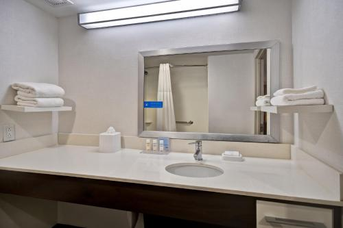 A bathroom at Hampton Inn NY-JFK