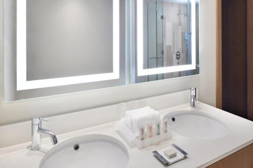 A bathroom at Holiday Inn - Dubai Festival City Mall, an IHG Hotel