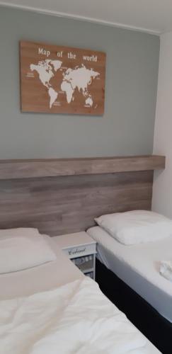 Ein Bett oder Betten in einem Zimmer der Unterkunft Bij De Vuurtoren