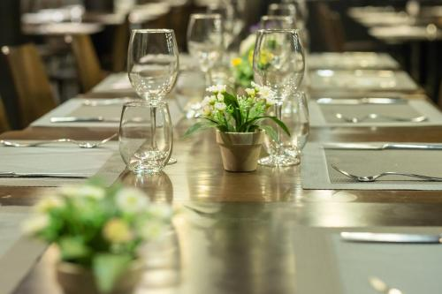 A restaurant or other place to eat at Hotel Abades Via Norte