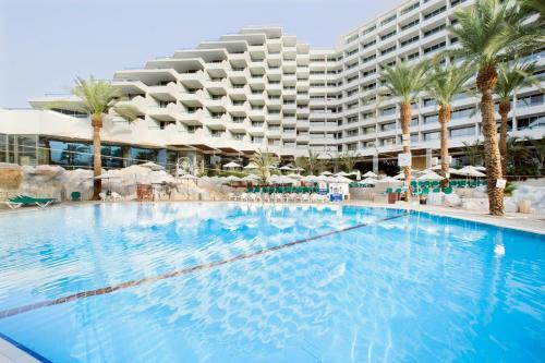 בריכת השחייה שנמצאת ב-Vert Hotel Eilat או באזור