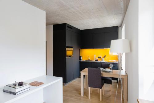 A kitchen or kitchenette at Nest Temporary AG - Apartments an der Kanzleistrasse