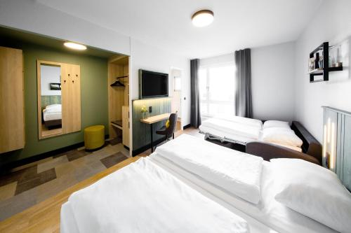 A bed or beds in a room at fjord hotel berlin