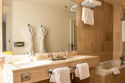 Salle de bains dans l'établissement Grand Hotel De La Reine - Place Stanislas