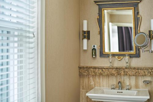 A bathroom at The Davenport Lusso, Autograph Collection