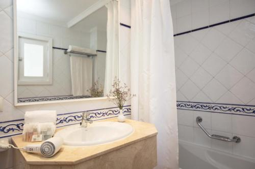 Een badkamer bij Gavimar Cala Gran Hotel and Apartments