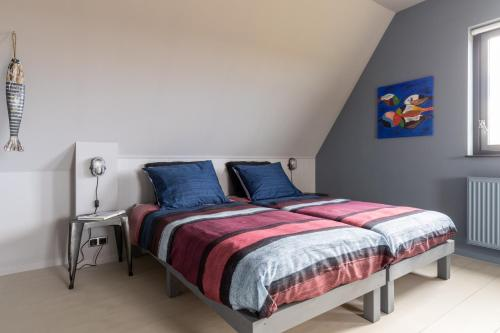 A bed or beds in a room at B&B Stil de Tijd