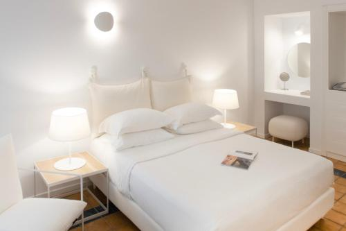 A bed or beds in a room at Lilium Hotel Santorini