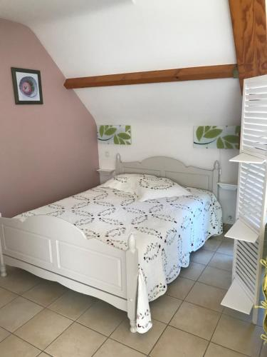 A bed or beds in a room at Les Gîtes Du Parun