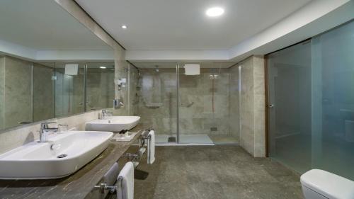 A bathroom at Holiday Inn Istanbul Old City, an IHG Hotel