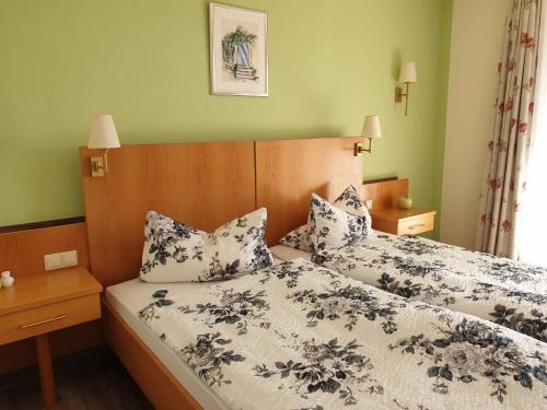 A bed or beds in a room at Derentaler Hof