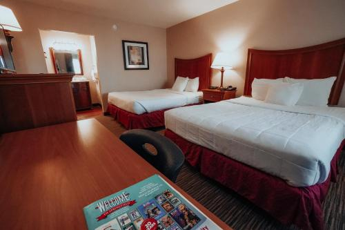 A bed or beds in a room at Lamplighter Inn and Suites - North