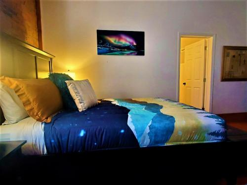 A bed or beds in a room at Aspen Inn Starry Night Suite