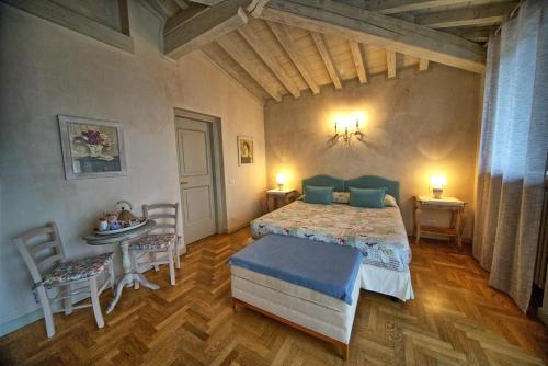A bed or beds in a room at Garni del Gardoncino