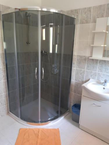 A bathroom at Penzion V Maštali