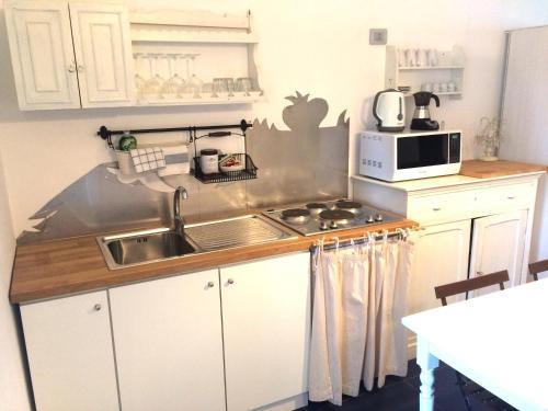 A kitchen or kitchenette at Il Gabbiano Relais in Stromboli