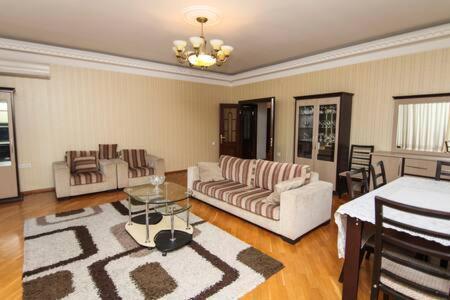 Uma área de estar em Apartment in the city center by Time Group