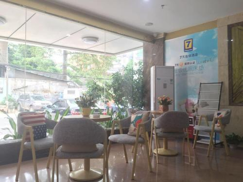 A restaurant or other place to eat at 7Days Inn Panyu Square Shilian Road Branch