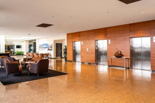 The lobby or reception area at Hotel Grand Chancellor Hobart