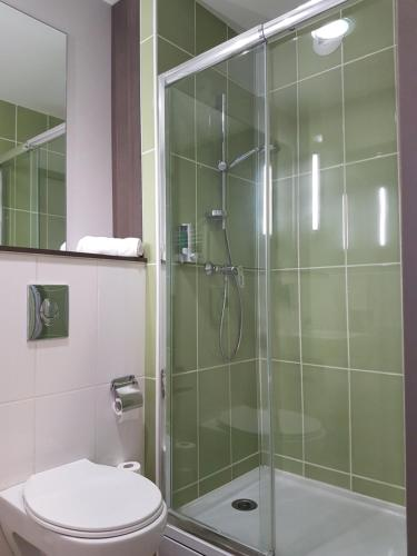 A bathroom at The Originals City, L'Haut' Aile, Coquelles-Calais Tunnel s/Manche L'HAUTAILE