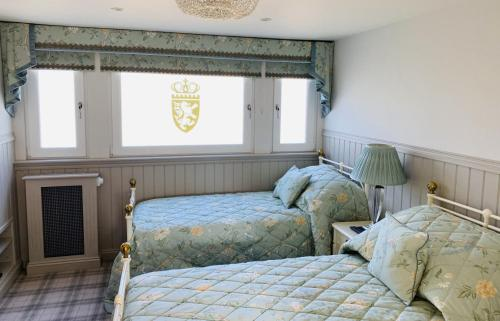 A bed or beds in a room at Crossbasket Castle