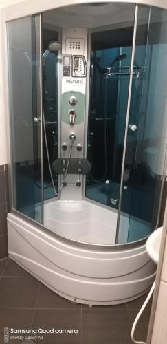 A bathroom at Kestenite Family Hotel