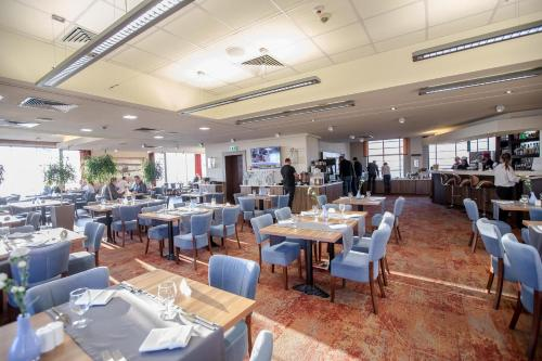 A restaurant or other place to eat at Park Hotel Diament Katowice