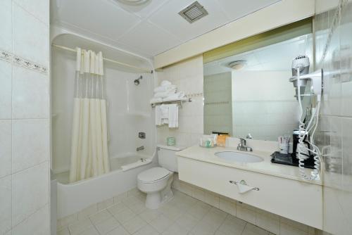 A bathroom at Howard Johnson by Wyndham Newark Airport