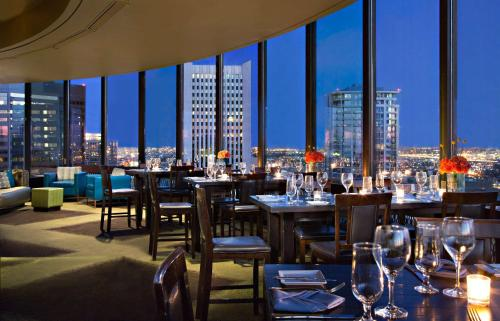 A restaurant or other place to eat at Hyatt Regency Phoenix