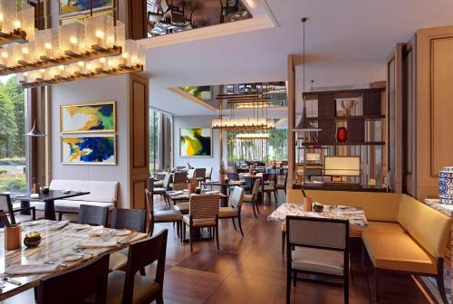 A restaurant or other place to eat at Grand Hyatt Hangzhou