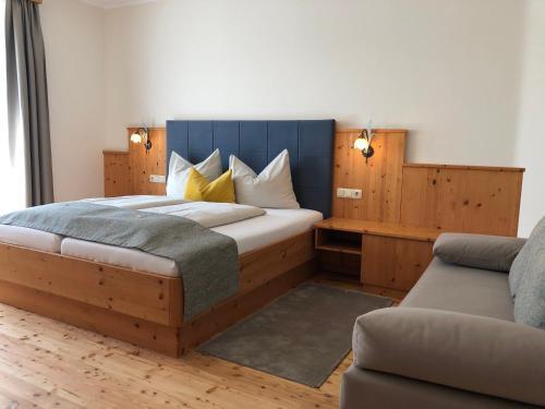 Ein Bett oder Betten in einem Zimmer der Unterkunft Hotel Garni Landhaus Florian