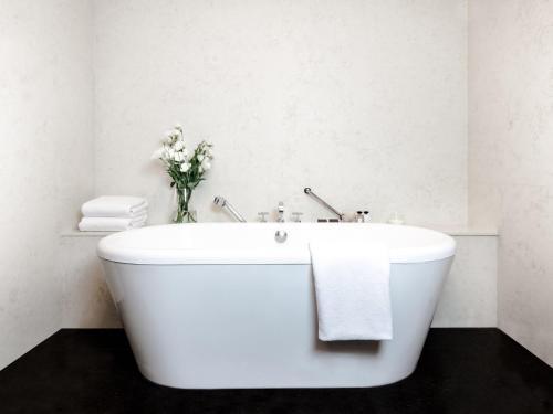 A bathroom at Palacio Duhau - Park Hyatt Buenos Aires
