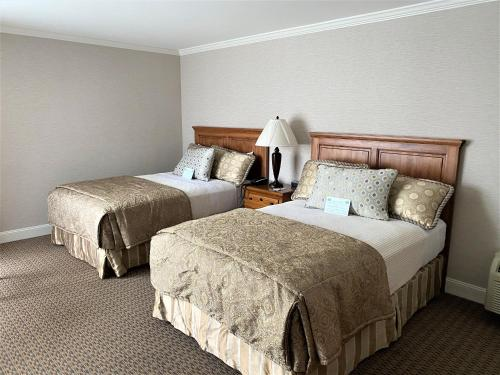 A bed or beds in a room at Columbus Inn