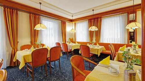 A restaurant or other place to eat at Hotel am Schelztor