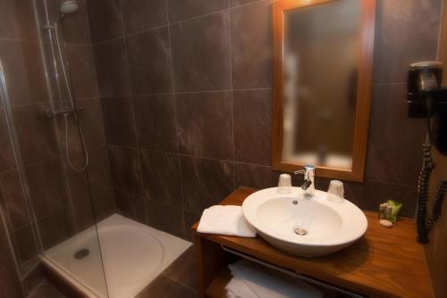 A bathroom at Hotel & Résidence Les Vallées Labellemontagne