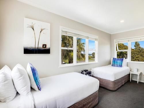 A bed or beds in a room at Kiwi House Waiheke