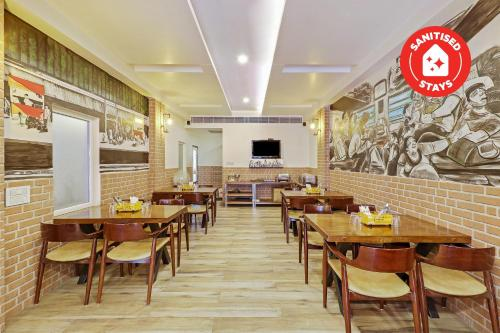 A restaurant or other place to eat at Capital O 2242 Hotel Yuvraj Deluxe