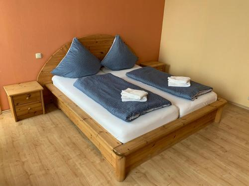 A bed or beds in a room at Zur Schleibrücke