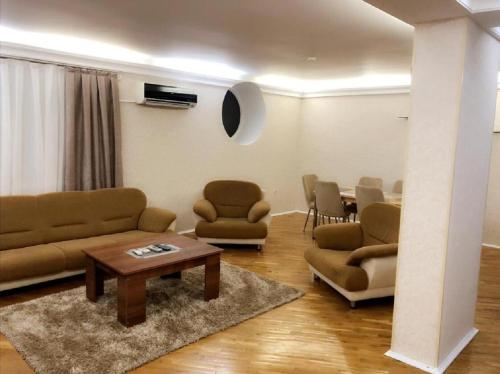 Uma área de estar em Nizami street Apartments