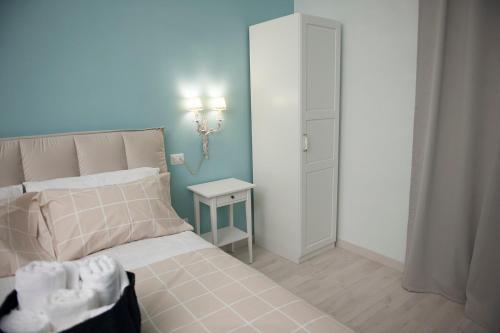 A bed or beds in a room at Gli Archi dei Diavoli