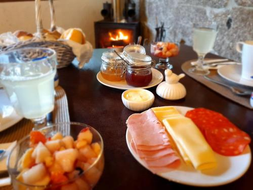 Breakfast options available to guests at Quinta do Sorilhal