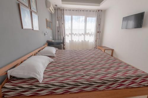 Ein Bett oder Betten in einem Zimmer der Unterkunft Radama Hotel