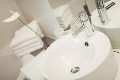 A bathroom at roomz Graz - Business Design Hotel