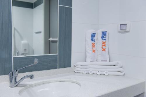 A bathroom at HI - Ein Gedi Hostel