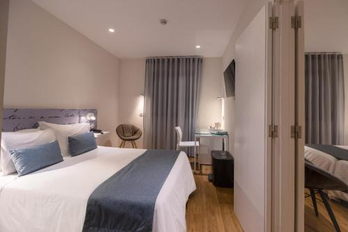 A bed or beds in a room at Hotel das Salinas