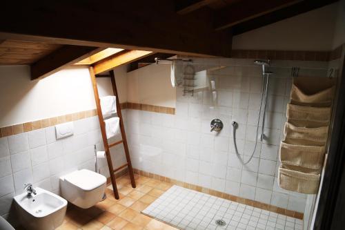 A bathroom at B&B Ca' De Taruffi