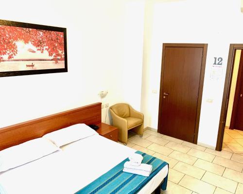 Een bed of bedden in een kamer bij Hotel Alessander