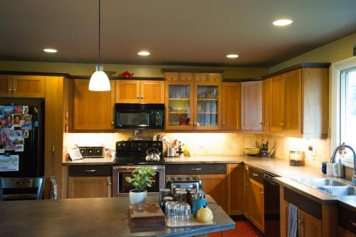 A kitchen or kitchenette at Auberge Kicking Horse Guest House