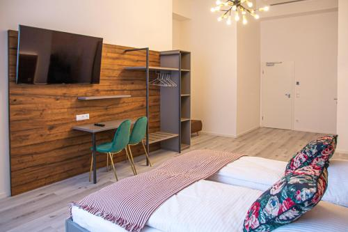 A television and/or entertainment centre at City Hotel Bamberg